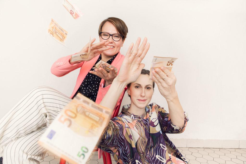 Heidi Korva ja Anniina Mustalahti ja ilmassa seteleitä